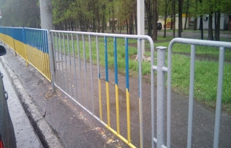 У Дніпропетровську паркан із синьо-жовтого перефарбували у сірий