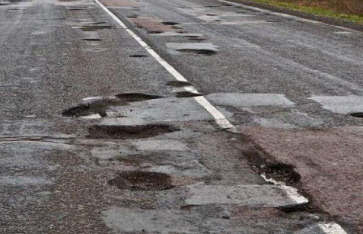 """Закарпатцям якісні дороги у найближчому майбутньому не """"світять""""  (ВІДЕО)"""
