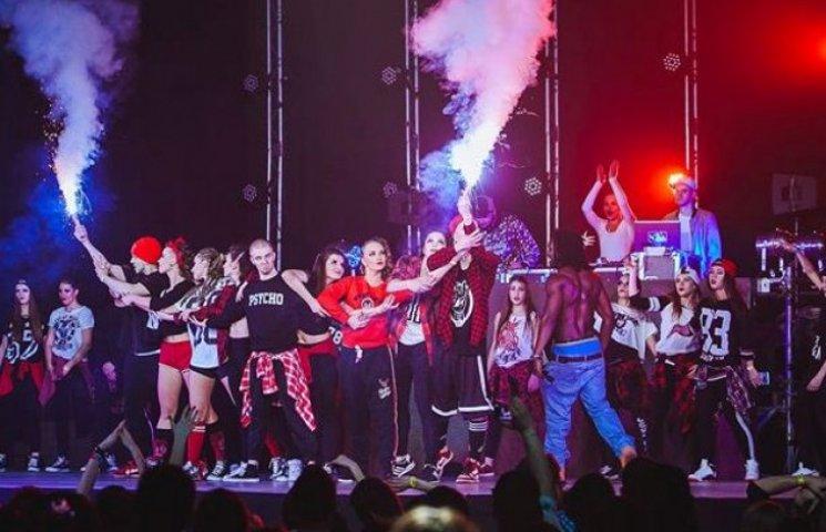 """Танцюють усі: Ужгородський """"Бліц"""" вітає з Міжнародним днем танцю (ВІДЕО)"""