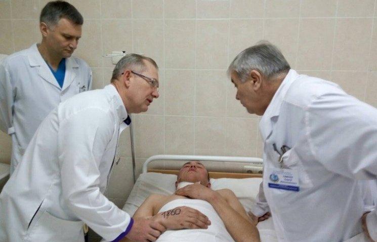 До дніпропетровської лікарні доправили пораненого снайпером бійця