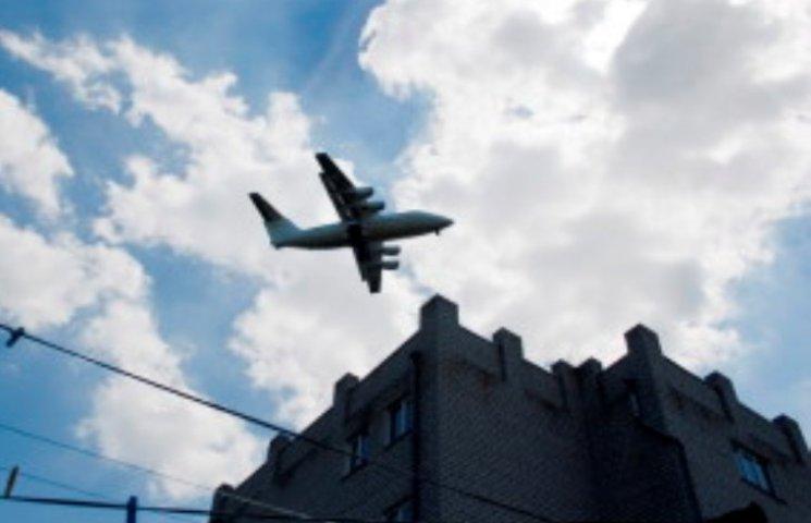 У Миколаєві військові літаки тренуються над багатоповерхівками
