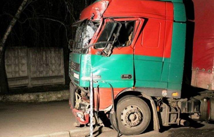 Під Вінницею вантажівка протаранила пасажирський автобус