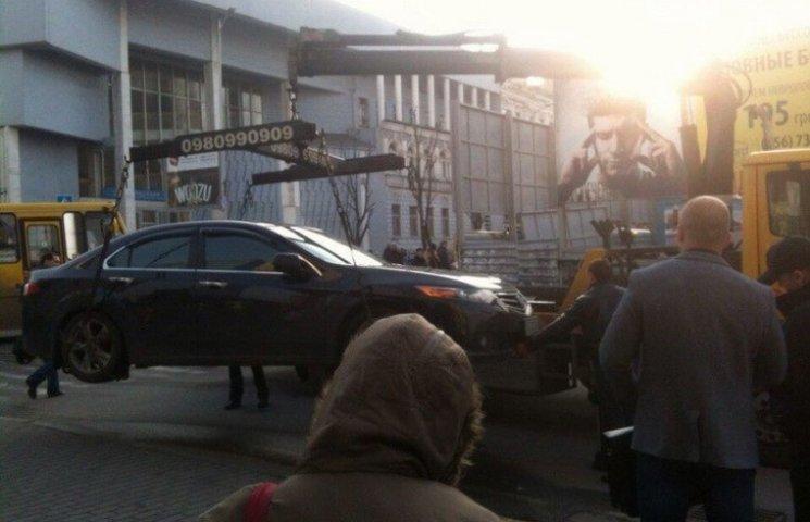 """Центр Дніпропетровська евакуатор """"чистить"""" від дорогих автівок"""
