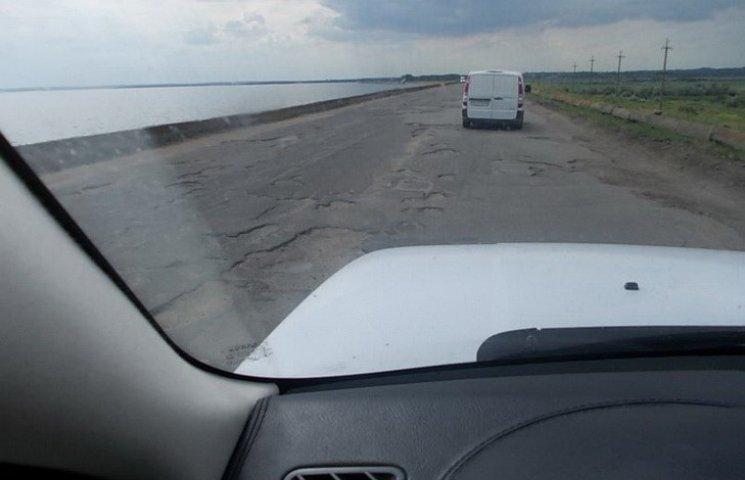 Розпіарена Вілкулом дорога продовжує руйнувати дамбу Каховського водосховища