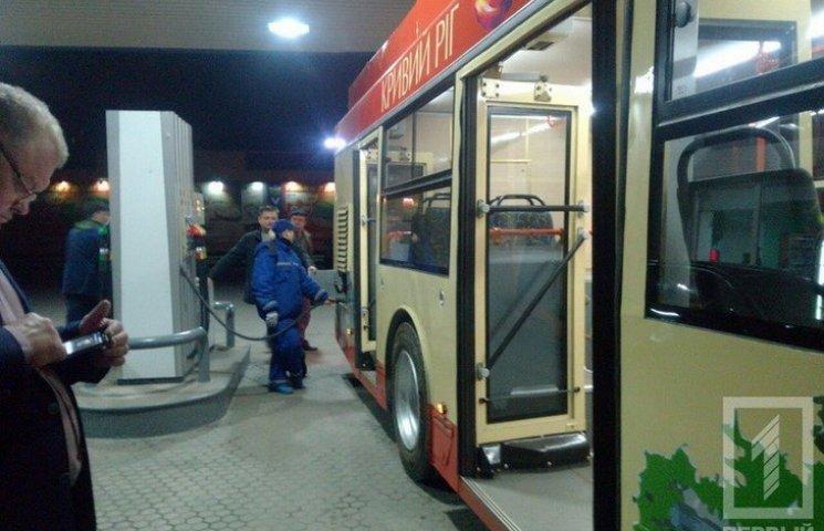 Як у Кривому Розі тролейбус заправляють дизельним паливом