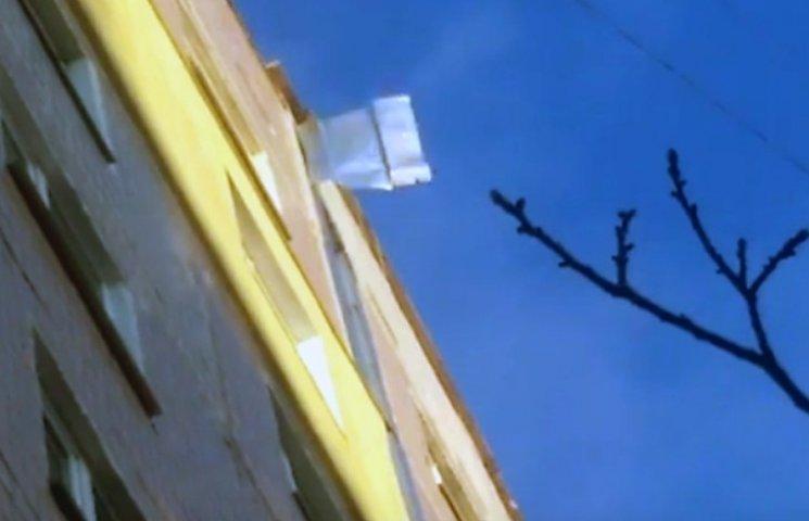 В Запоріжжі мешканців багатоповерхівки лякає металевий лист-вбивця