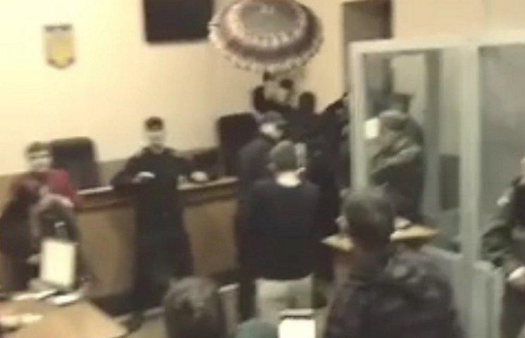Як полісмен захищав суддю Хорта парасолькою