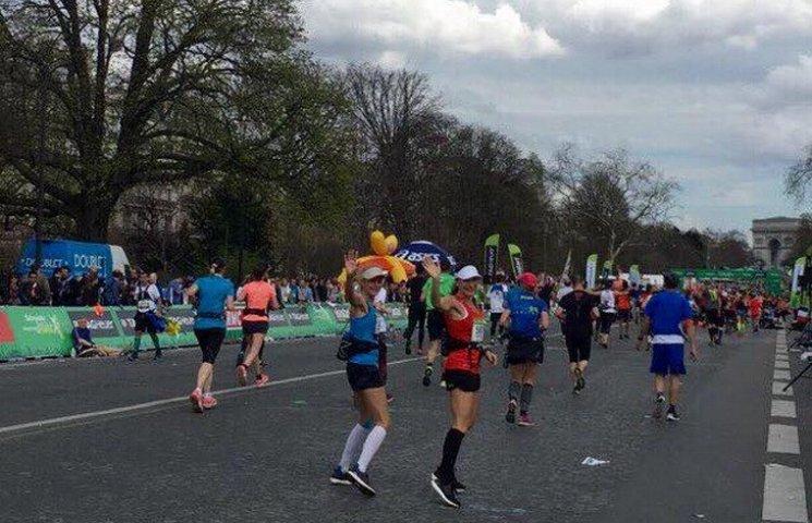 Дружина Філатова пробігла 42 км паризького марафону
