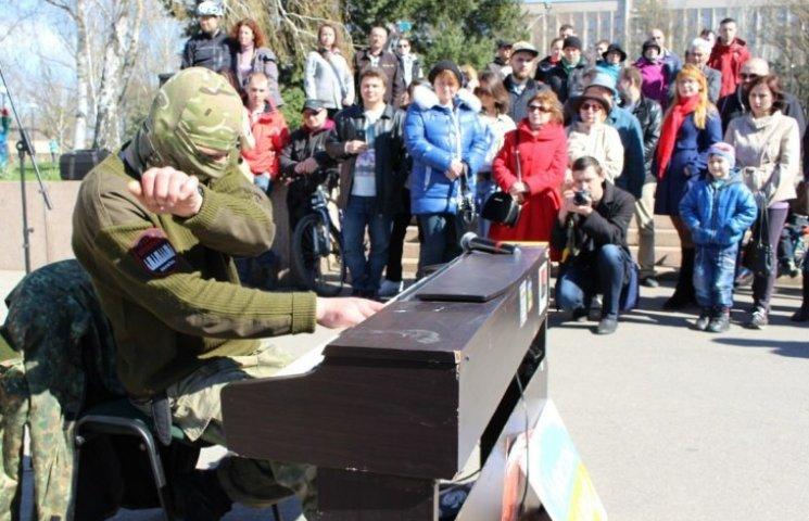 Миколаївців підкорив піаніст-екстреміст з Майдану