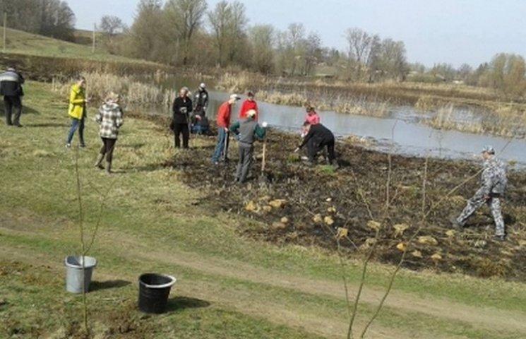 Вінницькі велолюбителі озеленили місце падіння метеориту