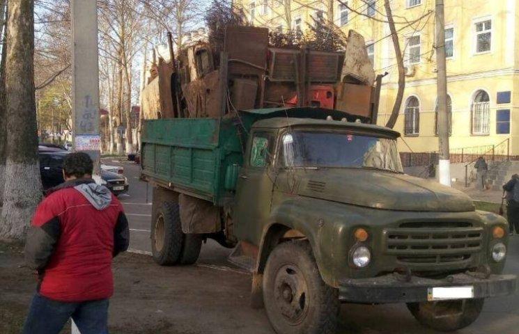 У Миколаєві водіїв вантажівок впіймали на незаконному перевезенні металу