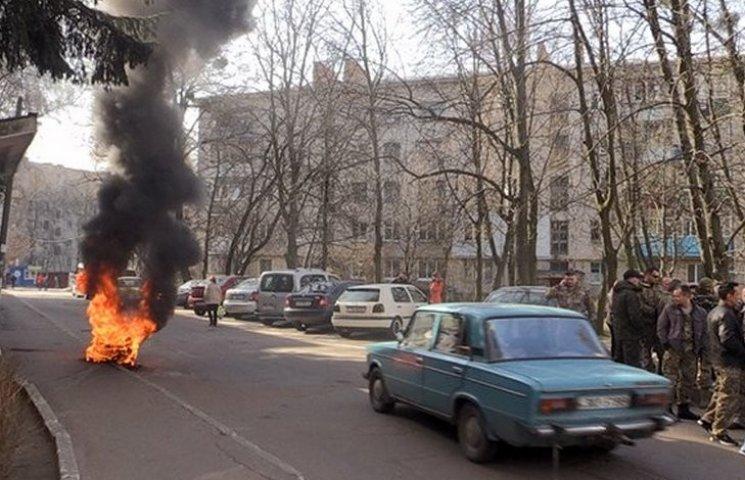 В Житомире АТОшники жгут шины под управлением Госгеокадастра