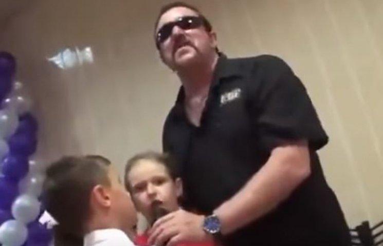 """Як зірка блатного шансону """"запалює"""" на дитячому святі на Росії"""