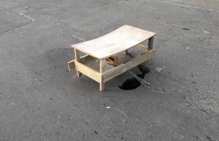 У центрі Миколаєва утворилося 4-метрове провалля