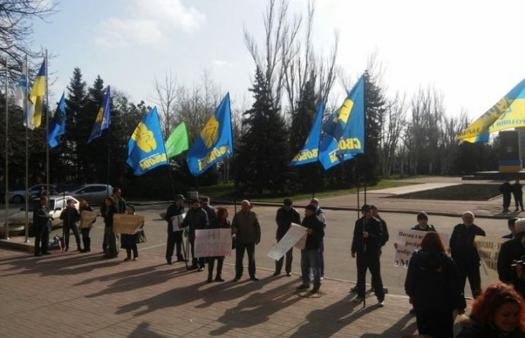 """У Миколаєві під міськрадою зібрався пікет проти """"депутатів-сепарів"""""""