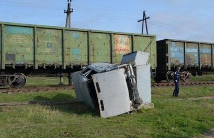 На Одещині автомобіль з чотирма пасажирами потрапив під колеса поїзда (ФОТО)