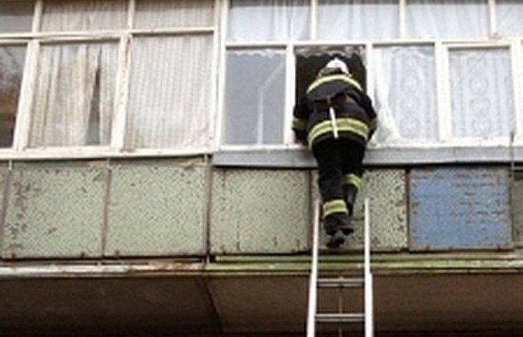 На Вінниччині дворічна дівчинка зачинила маму на балконі