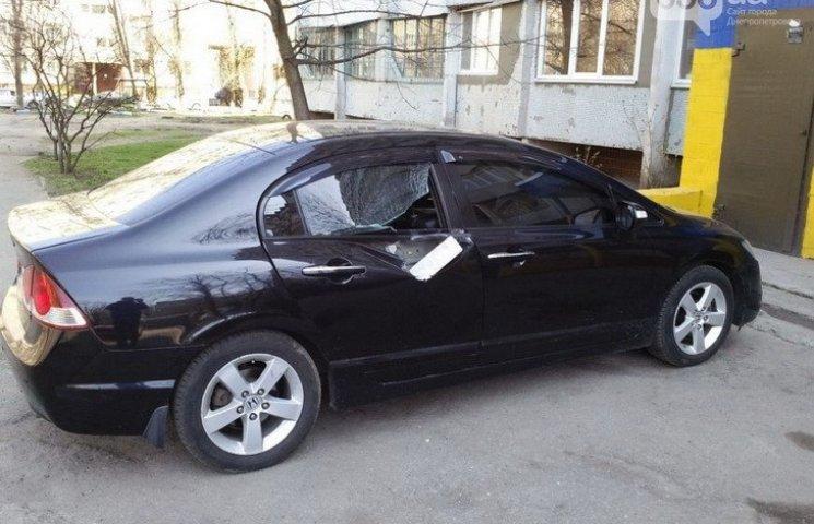 """У Дніпропетровську мешканці багатоповерхівки """"покарали"""" припаркований автомобіль"""