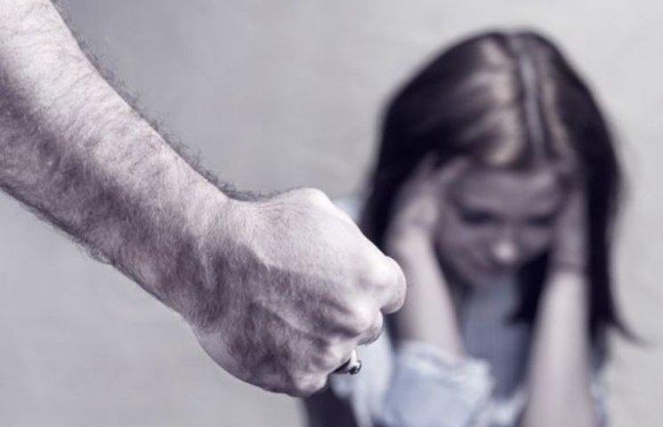 На Миколаївщині 17-річна дівчина заявила, що її та сестру згвалтував опікун