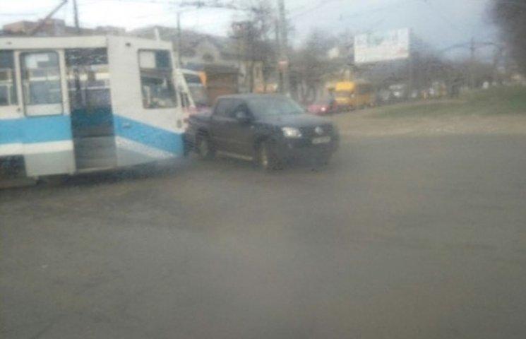 У Миколаєві не розминулися трамвай та позашляховик