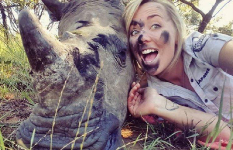 Як маленький носоріг обіймався з милою лікаркою