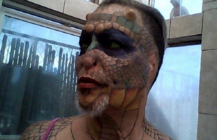 Як трансгендер з США відрізала собі вуха та зашила ніс, щоб стати драконом