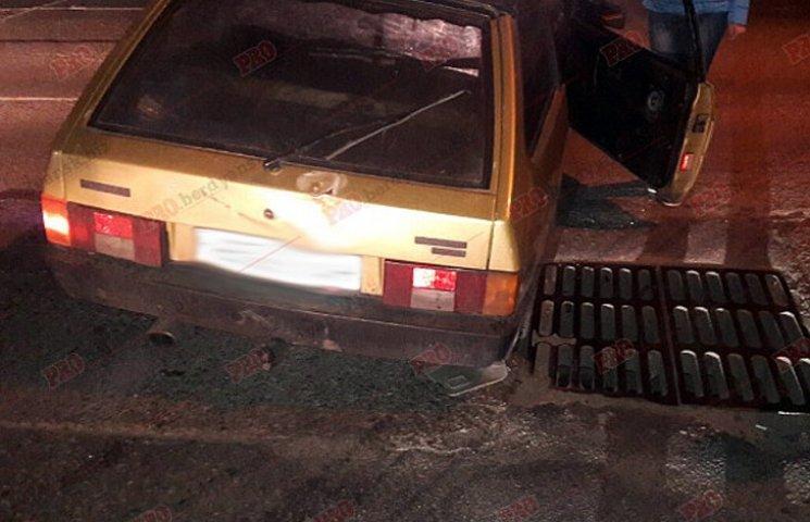На Запоріжжі машина провалилася під асфальт