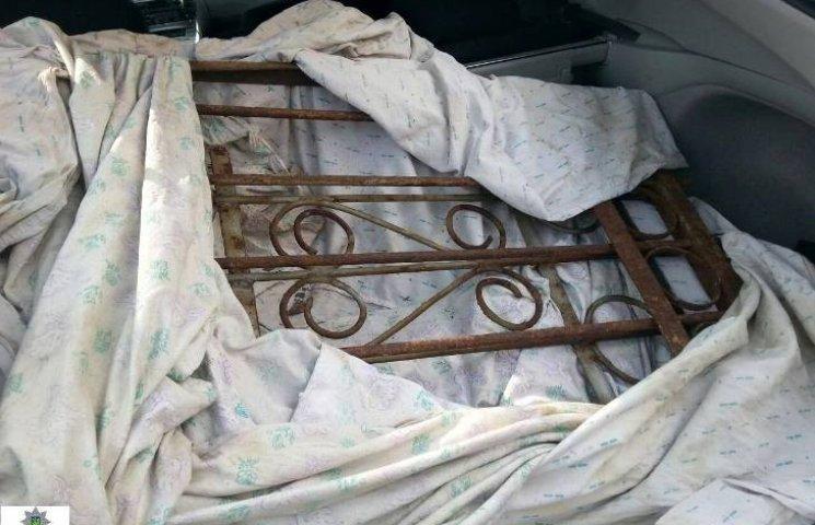 У Миколаєві патрульні впіймали зека, що вкрав огорожу