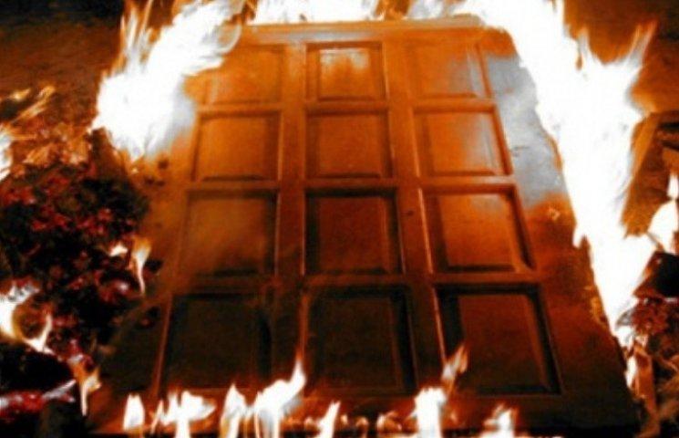 Миколаївцю підкинули під двері палаючу шину