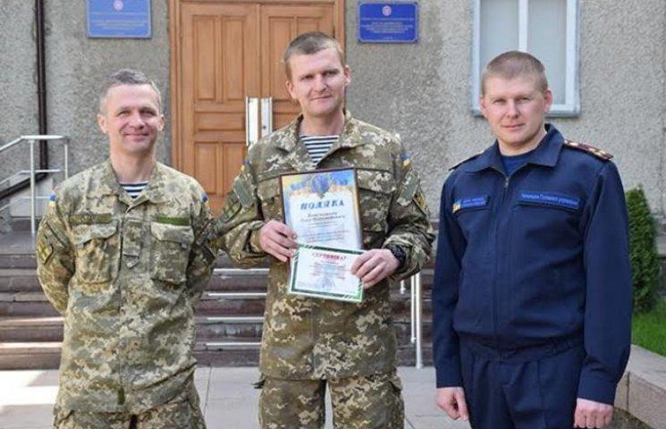 У Миколаєві нагородили морського піхотинця, який врятував рибалку