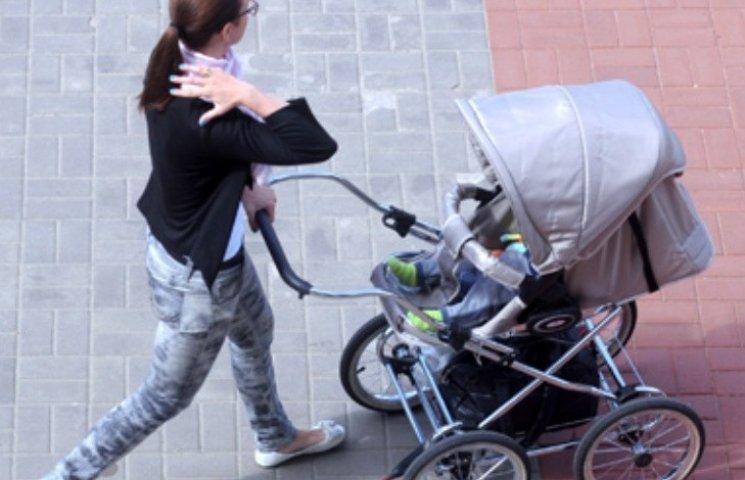 У Миколаєві зловмисник пограбував жінку з немовлям прямо біля школи
