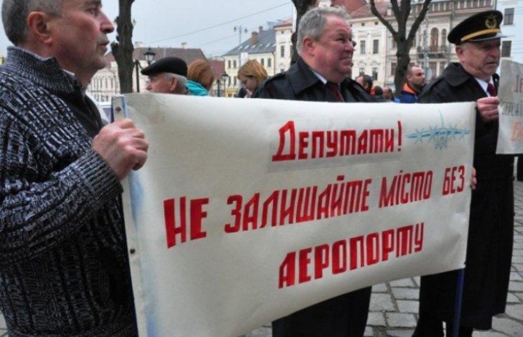Під міською радою Чернівців відбувається відразу два мітинги