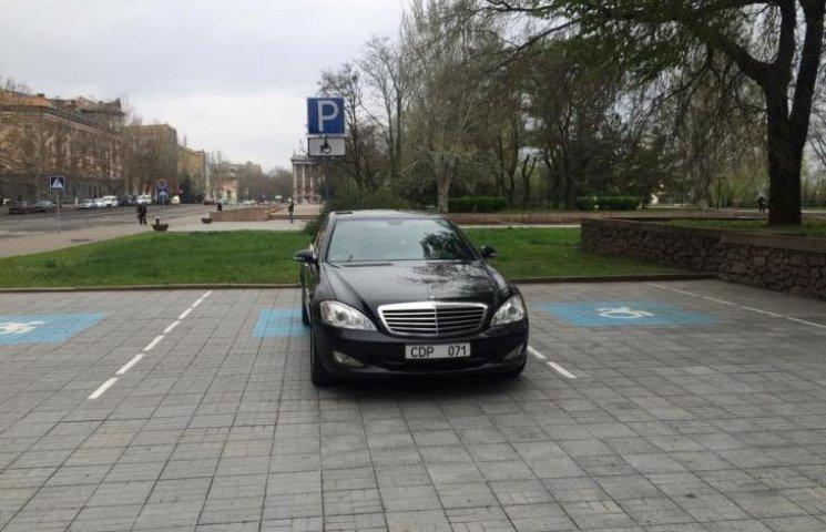 У Миколаєві дипломати з Таджикістану припаркувались на місцях для інвалідів