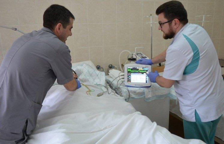 """Форвард """"Дніпра"""" Зозуля передав апарат для порятунку важкопоранених"""