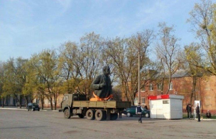 Під Харковом цивілізовано зняли один із найбільших в області пам'ятників Леніну
