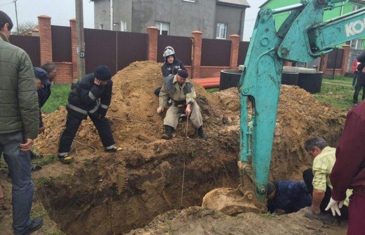 На Одещині рятувальники дістали з траншеї чоловіка, якого засипало землею