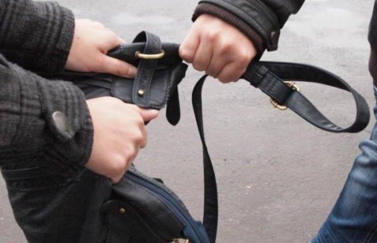 В центрі Миколаєва пограбували хлопця та дівчину