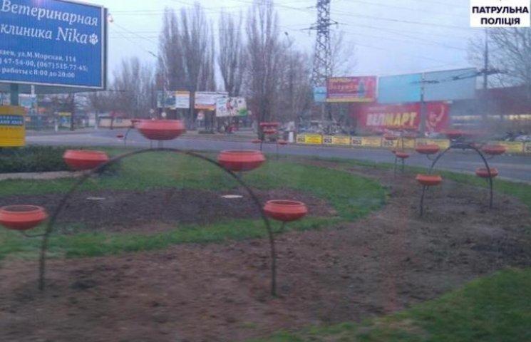 """Квіткові """"шедеври"""" миколаївських комунальників на перехресті загрожують водіям"""