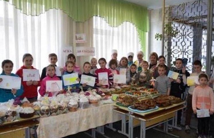 Хмільницькі школярі відправили АТОвцям смаколики та малюнки