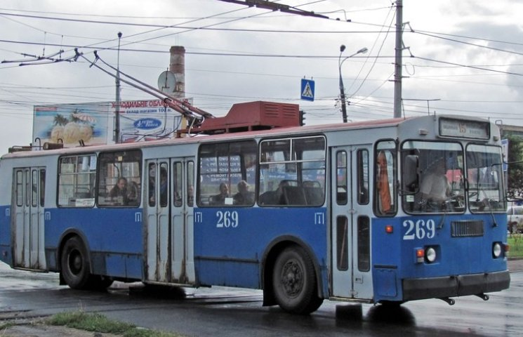 У Вінниці з тролейбусу випала жінка