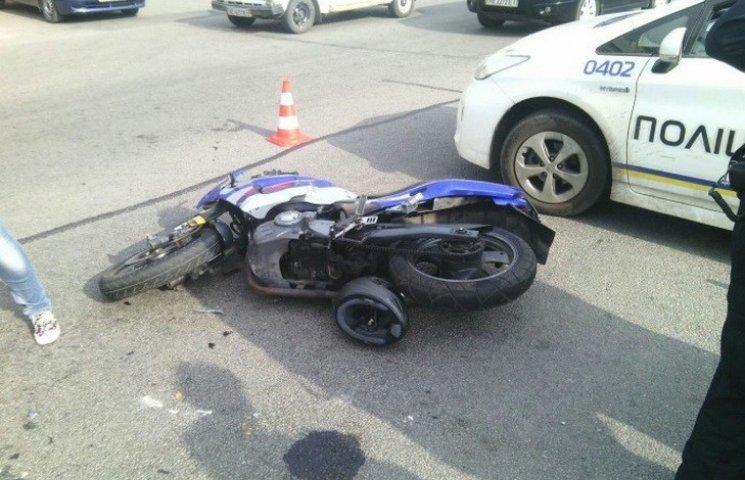 """У Дніпропетровську """"байкер"""" потрапив до лікарні після зіткнення з авто"""