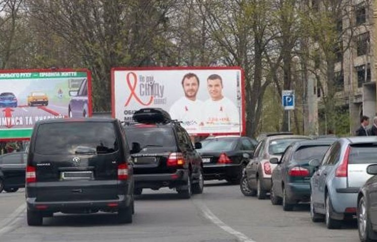 Видео дня: Кортеж Порошенко в пробке и снос ботинок Ленина