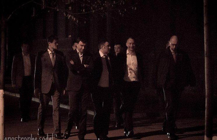 Як учасники переговорів про Кабмін гуляли Києвом після зустрічі на Банковій