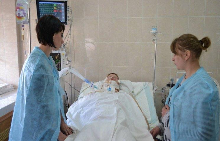 У Дніпропетровську рятують важко пораненого під Авдіївкою бійця