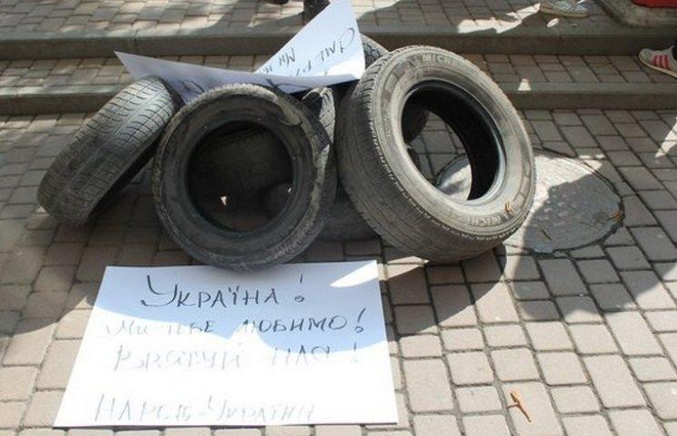"""Вінницькі активісти принесли шини до суду, аби підтримати """"айдарівця"""""""