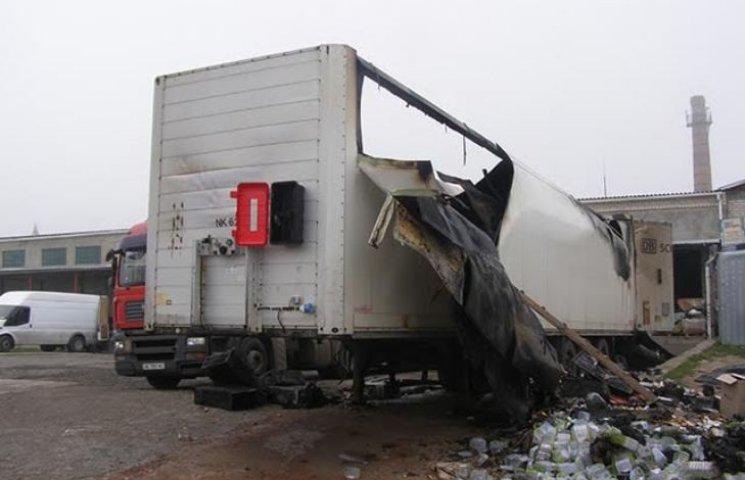 У Миколаєві загорілась вантажівка з посилками