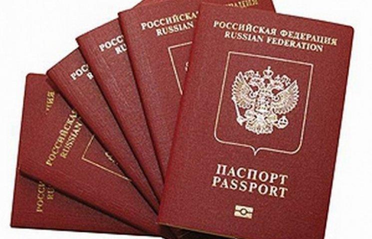 """У Дніпропетровську під пісню """"А я не москаль"""" росіянин розірвав свій паспорт"""