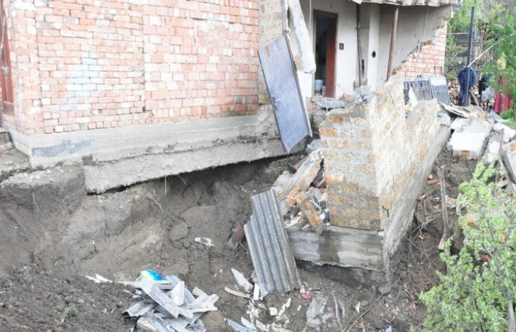 У Чернівцях через прорив водопроводу обвалилася частина будинку