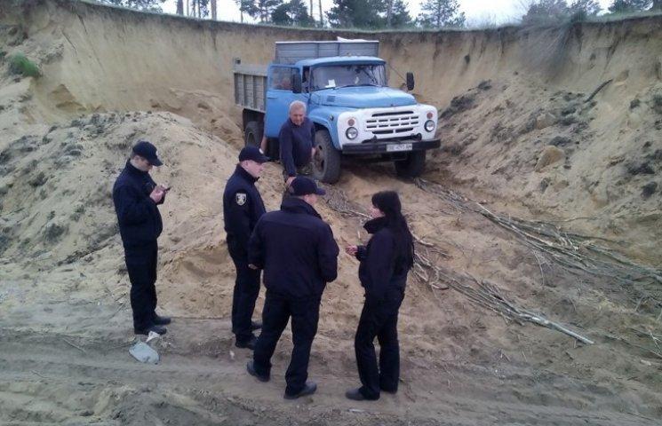"""У Миколаєві впімайли """"на гарячому"""" пісочних браконьєрів"""