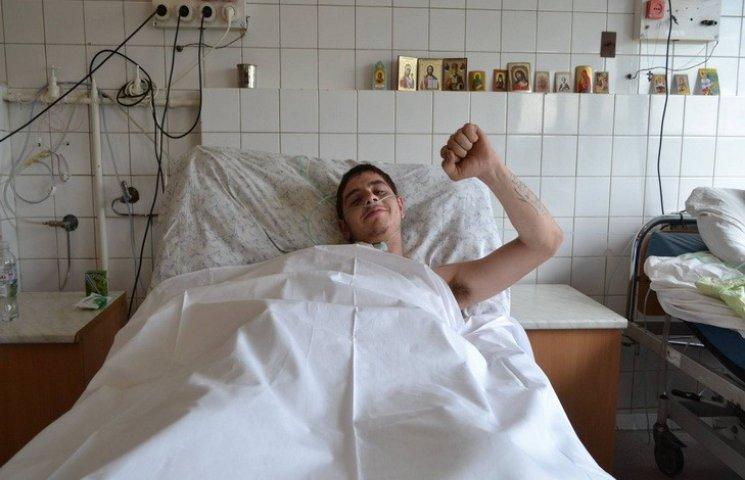У Дніпропетровську рятують бійця з простреленою грудною клітиною